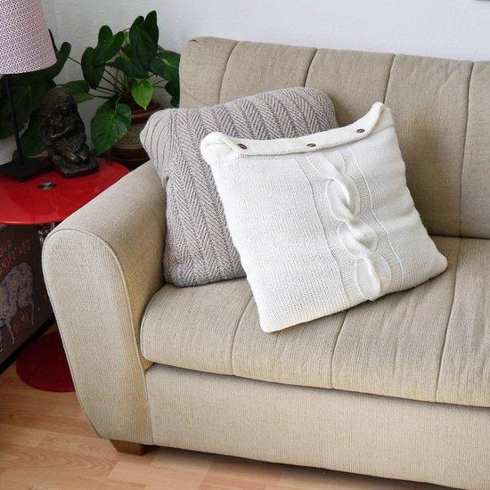 Aquela blusa de lã velhinha que desfiou mas você ama tanto pode virar uma bela capa de almofada.