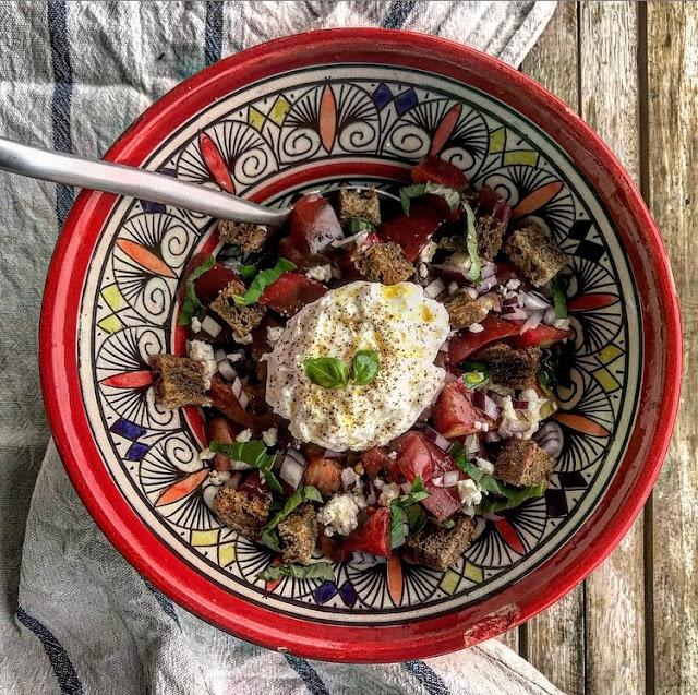 Salade grecque healthy, oeuf poché et croutons de pain