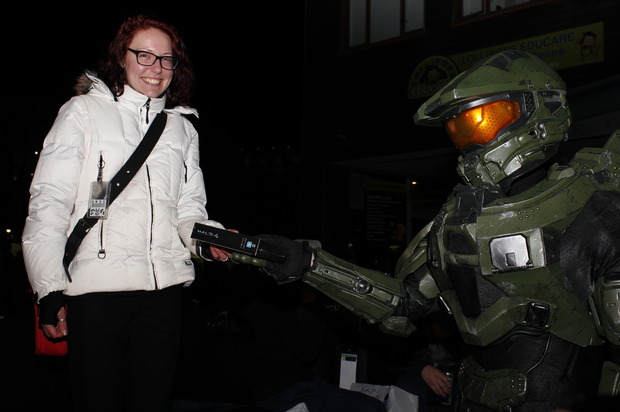 chief giving copy of halo 4