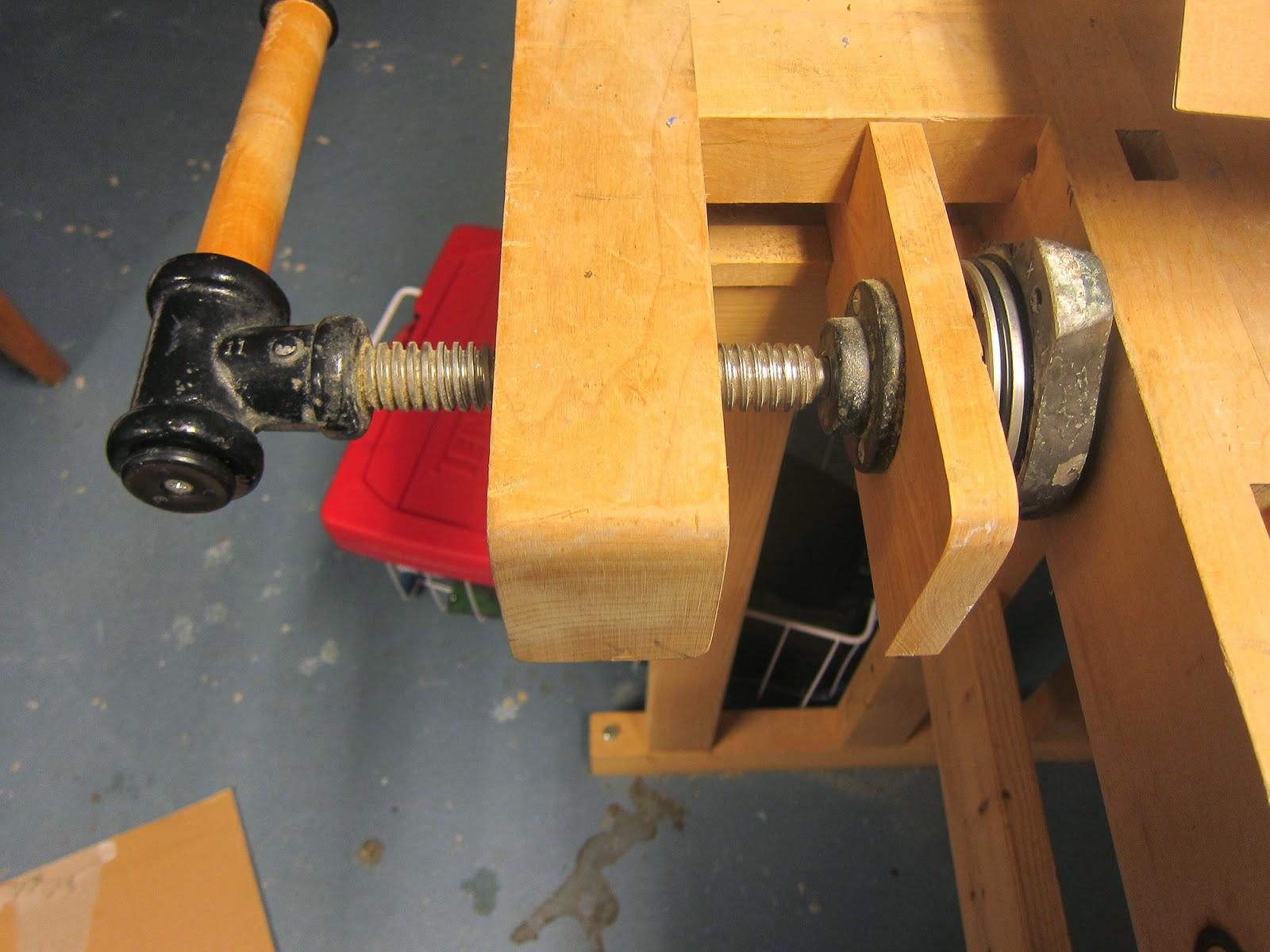Lagerbane presses på plass - kjekt med en god gammeldags høvelbenk....
