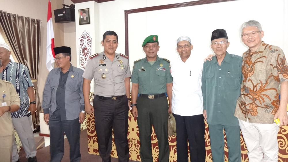 H Anzaruddin bersama Kapolres AKBP Jefri Dian Juniarta SH SIK, Mayor Inf Masrukhan, Kepala Kemenag Drs Hakimin, dan Ketua FKUB Muis Abdullah, Senin (14/11/2016). Foto: LINES