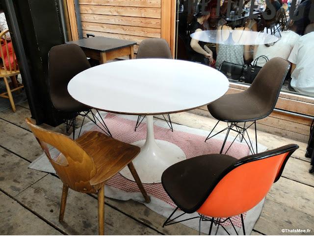 déco chaises vintage dépareillées , Brunch en Terrasse industrielle à Paris Les Petites Gouttes esplanade Nathalie Sarraute 18eme eco quartier Pujol