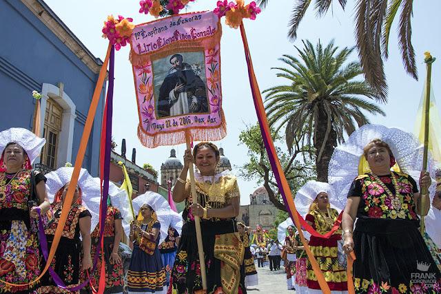 mujeres tehuanas con estandarte