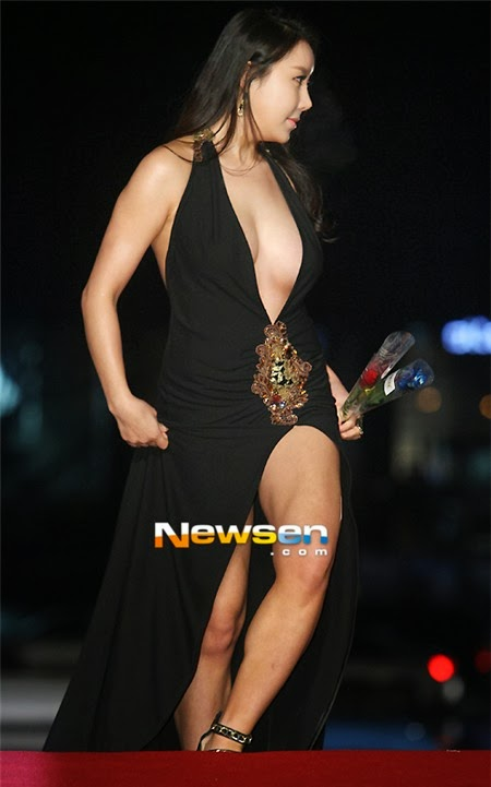As a young face, Ha Na Kyung starred in several movies. Being invited to the festival this year, she felt happy.