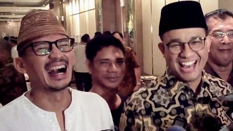 Anies Baswedan dan Sandiaga Uno tertawa