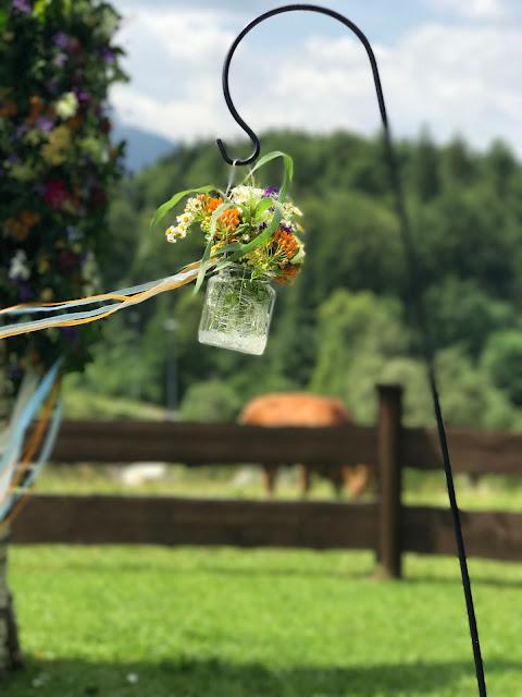Gartenstecker mit Blumengläsern, Bunte Wiesenblumenhochzeit im Riessersee Hotel Garmisch-Partenkirchen, heiraten in Bayern, zwei Bräute, Regenbogen