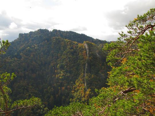 Góra Zamkowa, a z tyłu po lewej Trzy Korony.