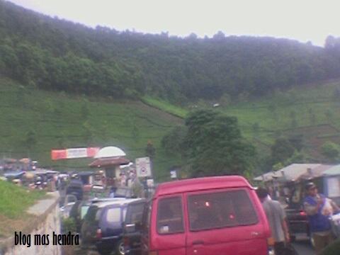 Suasana Padatnya Kendaraan di Depan Masjid At-Ta'awun -Blog Mas hendra