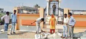 नीमकाथाना: शहीद स्मारक के सामने निर्माण सामग्री डालने पर हुआ हंगामा