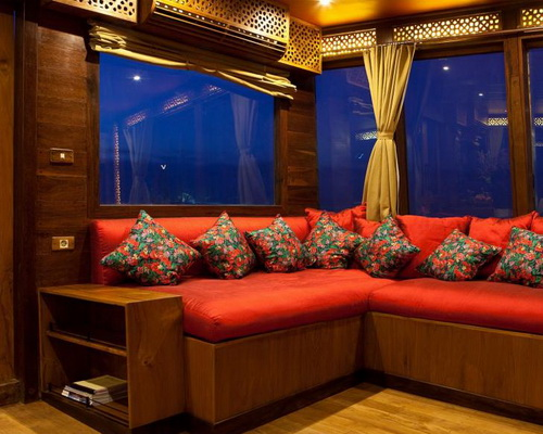 Tinuku.com Pinisi sailing boat El Aleph Luxury Yacht beautiful architectural works craftsmen as boutique hotel explorers
