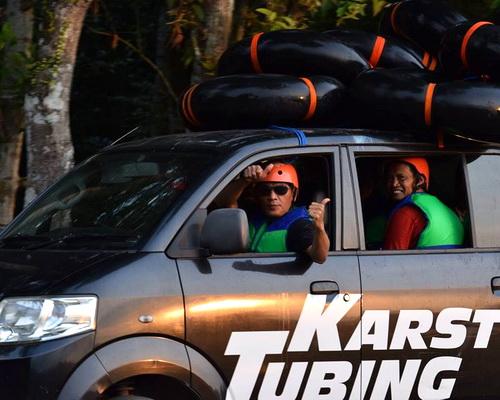 Travel.Tinuku.com Sedayu karst tubing down and immerse selves into Surobayan river cracks in karst region Bantul