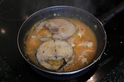Preparación de merluza en salsa de langostinos