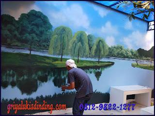 Proses pembuatan mural lukis dinding pemandangan
