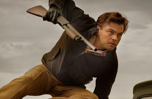 """""""Era Uma Vez... Em Hollywood"""" ganha novas imagens com Leonardo DiCaprio e Brad Pitt"""