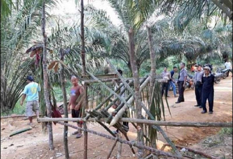 Dituduh Mencuri Sawit, Warga Pagar Akses Masuk PT. SML Timur