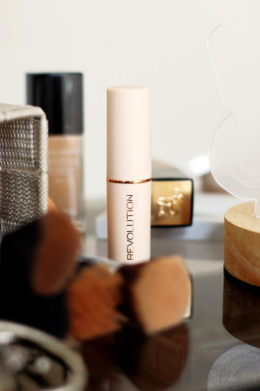 Makeup Revolution: Fast Bast Stick Foundation - Pieces Of Me