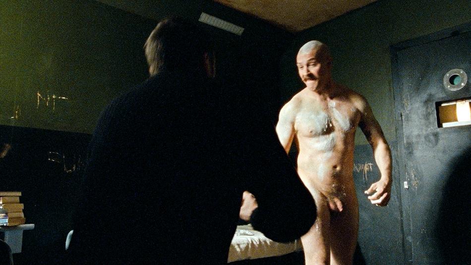 Tom Hardy nudo frontale in Bronson