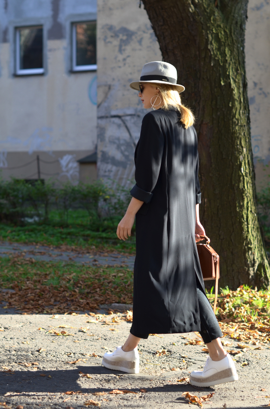 białe oksfordy Tamaris platformy; white shoes Tamaris; vintage bag, long coat; kapelusz hathat; hat