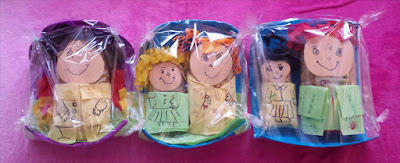 5 Nudelpackungen mit Gesichtern und Kleidung zu Puppen verwandelt