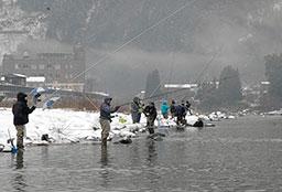渓流釣り 初日320人