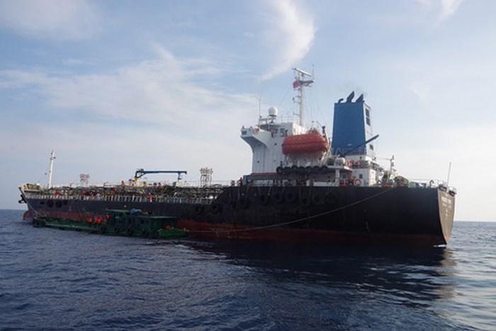 Quảng Ngãi: Bắt quả tang vụ san chiết trái phép lượng lớn xăng A92 trên biển
