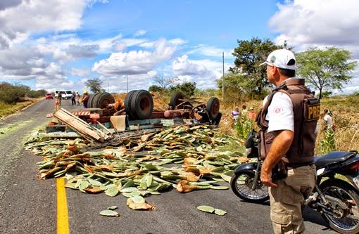 Brumado: Caminhão carregado com palma tomba na BR-030 três ficam feridos