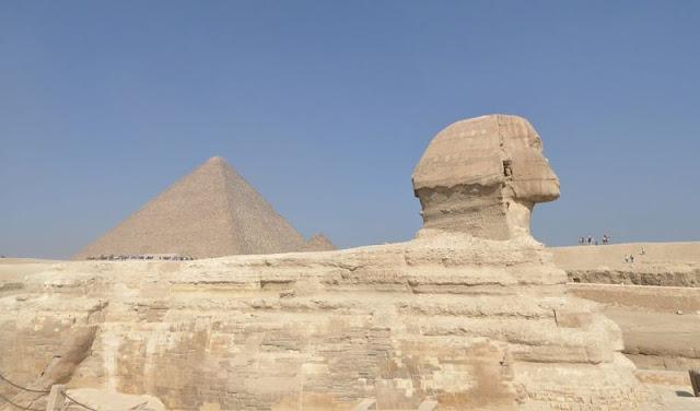 la sfinge e sullo sfondo la piramide di Cheope