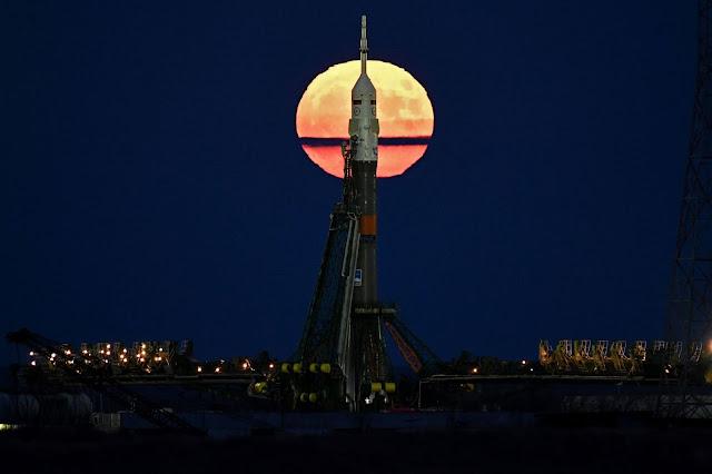 Trăng tròn tỏa sáng phía sau tàu vũ trụ Soyuz MS-03 đang trên giàn đợi sắp được phóng lên vũ trụ. Hình ảnh: Getty Images.