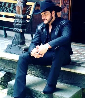 Foto de Raúl Sandoval posando sentado