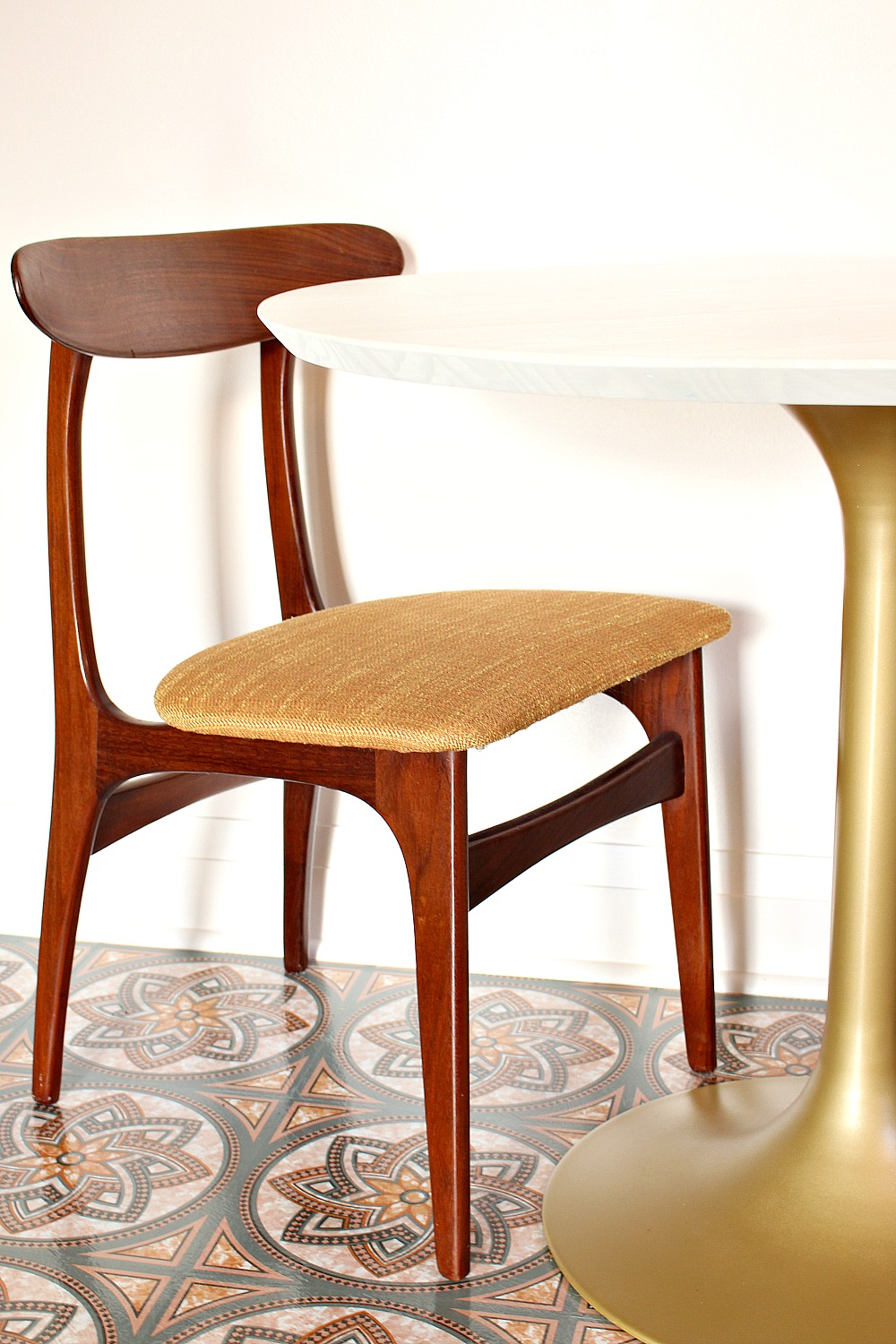 MidCentury Tulip Table Makeover Dans Le Lakehouse - Saarinen table top replacement