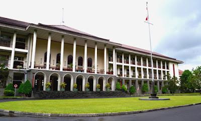 """Sejarah Universitas Gadjah Mada  Universitas Gadjah Mada resmi didirikan pada tanggal 19 Desember 1949 dan merupakan Universitas yang bersifat nasional. Selain itu Universitas Gadjah Mada juga berperan sebagai pengemban Pancasila dan Universitas pembina di Indonesia. Pada saat didirikan, Universitas Gadjah Mada hanya memiliki enam fakultas, sekarang memiliki 18 Fakultas dan satu program Pascasarjana (S-2 dan S-3). Universitas Gadjah Mada termasuk universitas yang tertua di Indonesia, berlokasi di Kampus Bulaksumur Yogyakarta. Sebagian besar fakultas dalam lingkungan Universitas Gadjah Mada terdiri atas beberapa jurusan/bagian dan atau program studi. Kegiatan Universitas Gadjah Mada dituangkan dalam bentuk Tri Dharma Perguruan Tinggi yang terdiri atas Pendidikan dan Pengajaran, Penelitian dan Pengabdian kepada Masyarakat.   Pada tanggal 24 Januari 1946 orang-orang yang berkomitment tinggi terhadap peningkatan martabat manusia memenuhi gedung SMT Kotabaru. Diantaranya Mr. Boediarto, Ir. Marsito, Prof. Dr. Prijono, Mr. Soenarjo, Dr. Soleiman, Dr. Buntaran, Dr. Soeharto. Mereka bermaksud mendirikan Balai Perguruan Tinggi Swasta di Yogyakarta. Dalam pertemuan itu, Mr. Soenarjo, menegaskan bahwa di Jakarta, NICA sudah mendirikan Universitas. Bangsa Indonesia tidak boleh gagal mendirikan universitas. """"Lebih- lebih sekarang, pada waktu pembangunan, waktu kita butuhkan bermacam macam ilmu pengetahuan"""", tambah Mr. Soenarjo.  Pertemuan di atas diikuti"""
