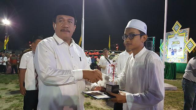 Plt Sekdakab Asahan Taufik Zainal Abidin menyerahkan hadiah krpada pemenang lomba MTQ ke-49 Asahan.
