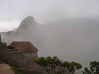 Niebla envolviendo el  Machu Picchu, Perú, La vuelta al mundo de Asun y Ricardo, round the world, mundoporlibre.com