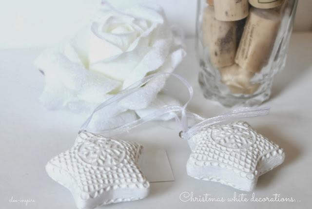 dekoracje choinkowe w bieli