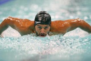 Ο Αντώνης Τσαπατάκης στην πισίνα