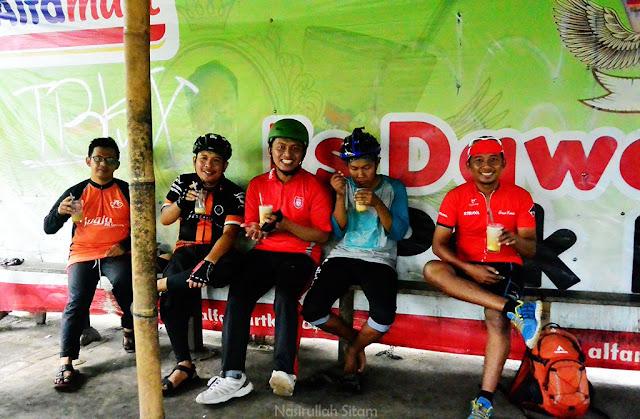 Teman-teman rombongan sepeda