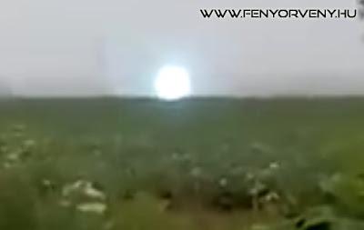 Rejtélyes fényjelenség Oroszországban: UFO-t vagy gömbvillámot kaptak lencsevégre???