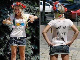 Une femme portant le T-shirt des femen