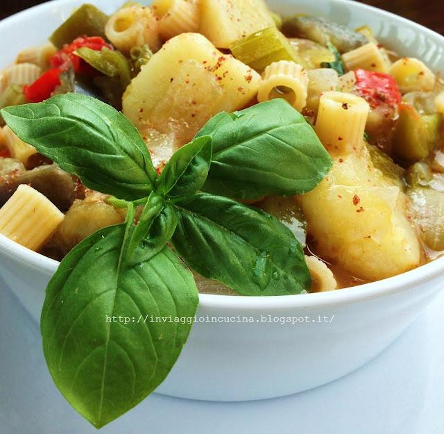 Minestrone estivo con peperoni verdi, melanzane e patate