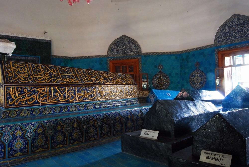 tombeau principal entouré de sept plus petits