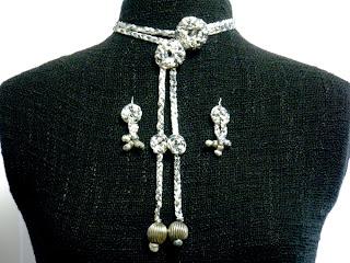 Conjunto de collar y pendientes en viscosa en tonos grises y plateados