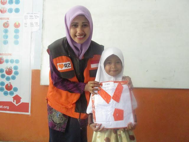 Guru Walikelas 1 SD Juara Cilegon, Siti Nurasiah Memberikan Reward Seragam Baru Kepada Peserta Didiknya