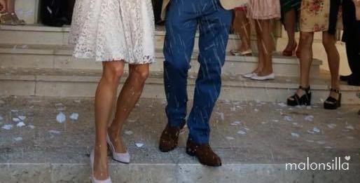 Plano bajo de los novios, ella con vestido corto y él con vaqueros