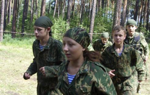 База отдыха «Сказка» в Нефтеюганском районе третий год кряду принимает учащихся старших классов школы № 2 Пойковского, где их знакомят с армейским бытом.