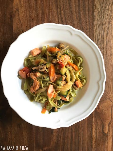 pasta-verde-con-salmón-verduras
