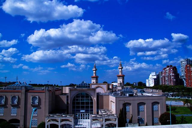 Paisaje urbano con nubes