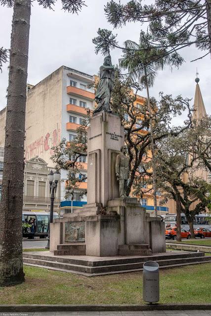 Monumento à República. Alegoria da república e estátua de Benjamin Constant.