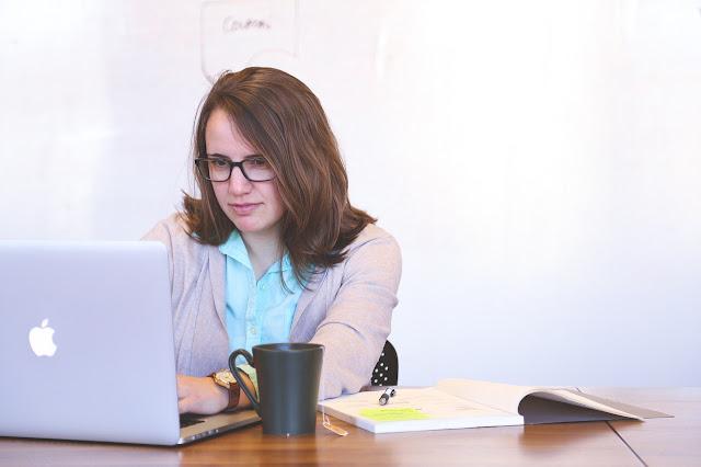 Desainer Baju dengan komputer
