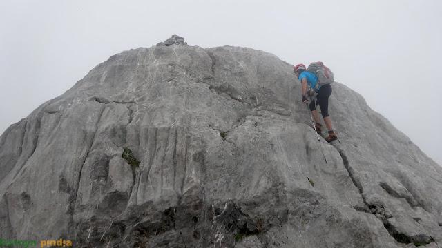 Últimos pasos para alcanzar la cima del Pico Cotalba en Picos de Europa