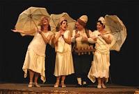Ellerinde şemsiyeleriyle kanto gösterisi yapan bayanlar